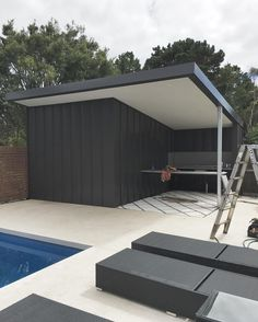 Cape Schanck #poolhouse and #bbq in #nailstrip #colorbond monument @metalcladdingsystems #morningtonpeninsularoofers #morningtonpeninsularoofing #cladding #design #architectural #poolside