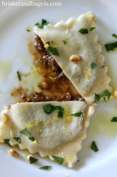 This isn't your ordinary beef cheek ravioli recipe, and let me explain why. Even though this is an Italian dish, the concept was inspired by a Chinese dumpling called shao long boa (xiaolong… A Food, Good Food, Awesome Food, Beef Ravioli Recipe, Beef Cheeks, Beef Bones, Pasta Machine, Brisket, Celery