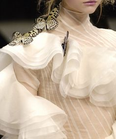 """the-moth-princess: """" Gemma Ward in Alexander McQueen Fall 2006 Ready-to-wear """" Couture Fashion, Runway Fashion, High Fashion, Fashion Show, Paris Fashion, Fashion Art, Couture Details, Fashion Details, Fashion Design"""
