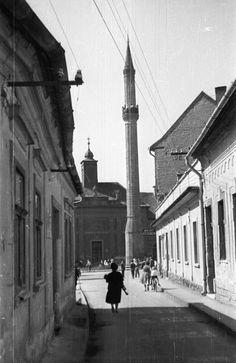 Minaret a Torony utcából nézve, háttérben a római katolikus templom (volt Irgalmasok temploma).
