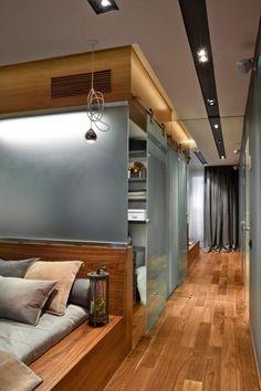 Szép fa felületek, kontrasztos színek, geometrikus formák - egy fiatal férfi 67m2-es modern lakása
