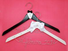 perchas personalizadas para bodas Decoupage, Plastic Bag Holders, Wedding Hangers, Clothes Hangers, Brooch Bouquets, B & B, Fabric Flowers, Handicraft, Wedding Gifts