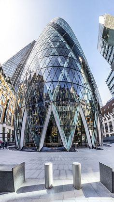 """Norman Foster: 30 St Mary Axe (""""the Gherkin"""" and previously the Swiss Re Building), London Sustainable Architecture, Contemporary Architecture, Architecture Details, Interior Architecture, High Building, Building Design, Gherkin London, 30 St Mary Axe, Dating In London"""