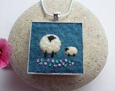 Boucles d'oreilles de mouton faites à la main en feutrine. Fibres de laine mérinos en bleu indigo doux ont été humides feutrée pour créer le fond pour ces boucles d'oreilles. Les moutons sont feutrés sur à la main avec de minuscules points pour ajouter des détails à l'aiguille. Le feutre est ensuite monté dans les bases des boucle d'oreille plaqué argent mesurant 18mm carré. Les attaches sont en argent sterling. Boucles doreilles viennent cadeau enveloppé dans la boîte, comme indiqué. Fai...