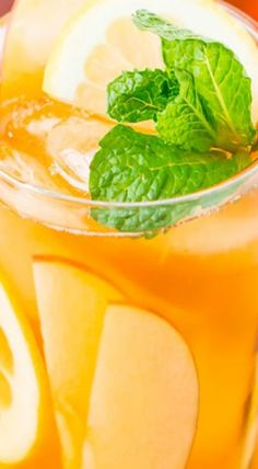 apple iced tea Yummy Drinks, Healthy Drinks, Best Herbal Tea, Herbal Teas, Iced Tea Lemonade, Homemade Iced Tea, Iced Tea Recipes, Drink Recipes, Kidney Recipes