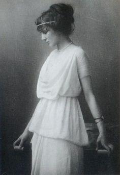 Vestido da década de 1920 com inspiração nas roupas da Grécia antiga.