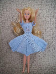 FREE - KNIT - to be translated - tuto gratuit barbie, robe corsetée - laramicelle Knitting Dolls Clothes, Crochet Barbie Clothes, Knitted Dolls, Crochet Dolls, Barbie Style, Barbie Clothes Patterns, Clothing Patterns, Mini American Girl Dolls, Habit Barbie