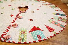 Little patchwork houses tree skirt Xmas Tree Skirts, Christmas Tree Skirts Patterns, Christmas Skirt, Noel Christmas, Handmade Christmas, Christmas Stockings, Christmas Crafts, Christmas Decorations, Christmas Ornaments
