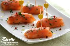 Per chi ama il salmone affumicato questi involtini sono una vera delizia. La preparazione è molto rapida e sono un'ottima idea per preparare un antipasto facile ma ugualmente gustoso.