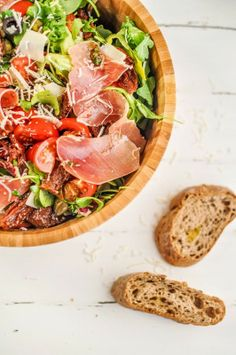Prosciutto, mozzarella and sun-dried tomato salad Confort Food, Great Recipes, Favorite Recipes, Good Food, Yummy Food, Cooking Recipes, Healthy Recipes, Fabulous Foods, Soup And Salad
