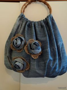 denim rose and doily leaves crafts for summer: sewing bag - crafts ideas - crafts for kidsJean bag with jean roses and crocheted trimcrafts-crafts: Rose denim bag - use self-fabric, long straps for handles.To complete: blue jeans, tan lace, round pur Diy Jeans, Jean Crafts, Denim Crafts, Artisanats Denim, Denim Bags From Jeans, Denim Purse, Jean Diy, Denim Ideas, Recycled Denim