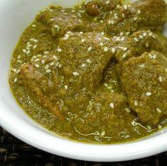 Insólito guiso tradicional mexicano que combina la frescura de las hojas verdes con lo rústico de las semillas molidas en una exquisita salsa espesa.