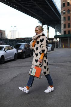 I love NYC // Blair Eadie wearing a faux fur coat by Shrimps with pops of orange // Click through to Atlantic-Pacific for more fun winter style Atlantic Pacific, Fashion Art, Love Fashion, Coat Outfit, Blair Eadie, Look At You, Mode Style, Foto E Video, Autumn Winter Fashion