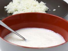 Cómo hacer kéfir de leche. El kéfir es un hongo que en contacto con la leche se fermenta y produce una bebida espesa con propiedades probióticas. Los alimenos probióticos aportan una infinidad de beneficios a nuestra salud y el...