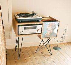 Meuble pour ranger 100 disques vinyles et une platine.