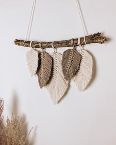 Macrame Design, Macrame Art, Macrame Projects, Yarn Wall Art, Yarn Wall Hanging, Diy Crochet Wall Hanging, Macrame Wall Hanging Patterns, Macrame Patterns, Feather Crafts