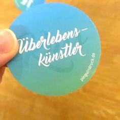 Neue runde #Sticker von #Pinguindruck mit #UvLack ... #ueberlebenskuenstler #kuss #Aufkleber #Ostern #veredelung