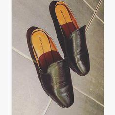 . 白のマジックペンが無かったので ^^; 黒の油性ペンで✒️ . SHOES SPEAK LOUDER THAN WORDS . って適当に書きまくってみましたよ〜 靴の中にも、ね ^^; . オンリーワン♡ . #shoe#shoesoftheday#shoepainting#paintwords#doityourself#gumania#shoestagram#足元倶楽部#足もとクラブ#ジーユーマニア#guシューズ#バブーシュ#ペンで落書き#油性ペン#靴に落書き#オンリーワン#大人gu部