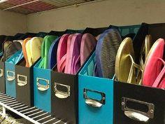 Transformer des accessoires de bureau en meuble à chaussures, c'est possible! Placez-les sur une étagère ou sur le bas de votre placard pour éviter de créer des pyramides de tongs ou de ballerines.
