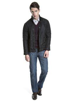 Camisa printed, tricô bordô listrado e gola em V, jaqueta preta, calça jeans e bota de couro café.