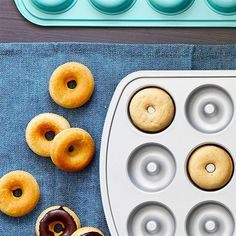 These glazed vanilla donuts are a blank canvas for decorations like sprinkles, fresh fruit, or colorful glazes. These glazed vanilla donuts are a blank canvas for decorations like sprinkles, fresh fruit, or colorful glazes. Vanilla Donut Recipes, Mini Donut Recipes, Baked Mini Donuts Recipe, Pampered Chef Recipes, Cooking Recipes, Pampered Chef Products, Cooking Rice, Donut Pan Recipe, Gelato
