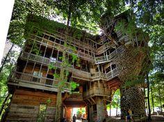 Takiego domku na drzewie bym sobie nie wyobraził :O