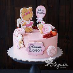 Ягодный тортик на выписку на 2,5 кг с нежным ванильным бисквитом, муссом из свежей клубники  и легким кремом кремчиз без содержания масла. #имбирноепеченье #имбирныепряники #торт #топпер #тортбезмастики #тортназаказмосква #тортназаказ #cake #cakeart #cakedecorating #cakedesign #cakelover #cakes #cakestagram #вкусности #вкусняшки #pastry #dessertporn #tart #деньрождения #десерт #подарок #праздник #ручнаяработа #сднемрождения #сладости #instadessert #desserts