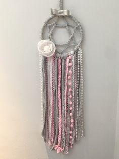 Filtro dos sonhos confeccionado em fios de malha, lã, sinaninha, pérolas, pompom, flor em organdi e renda - BD72EA
