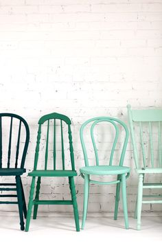 Get different wooden chairs from thrift stores and paint them all the same color! // i spy: green day / sfgirlbybayGet different wooden chairs from thrift stores and paint them all the same color! // i spy: green day / sfgirlbybay Magazine Deco, Chaise Vintage, Vintage Chairs, Painted Chairs, Kitchen Chairs Painted, Refinished Chairs, Kitchen Tables, Dinning Table, Kitchen Dining
