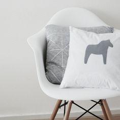Sillón Eames con almohadones neutros