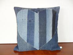 Housse de coussin patchwork, coeur en blue jeans : Textiles et tapis par michka-feemainpassionnement