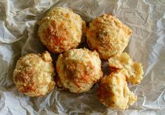 Biscuits au Cheddar Biscuits Au Cheddar, Champagne, Muffin, Breakfast, Ethnic Recipes, Food, Cookie Cheesecake, Dressing, Stove Top Grill