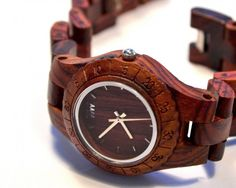 Divoká kresba brestovca je odvážnym okorenením vášho outfitu. Buďte sama sebou, nasaďte si na ruku tikajúcu parádu z exotických končín sveta. Ladí k striebru aj zlatu. Korenistá sýtosť vzácnej dreviny obohatí váš deň. Dopraj si originálny kúsok s vôňou diaľok. www.we-wood.sk