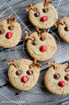 Spread cheer with these absolutely adorable reindeer cookies! Using Betty Crocker Peanut Butter cookie mix, you can whip these up in about 15 minutes! Reindeer Cookies, Holiday Cookies, Holiday Baking, Christmas Baking, Peanut Butter Cookie Recipe, Lemon Desserts, Easy Desserts, Easy Cake Recipes, Cookie Recipes