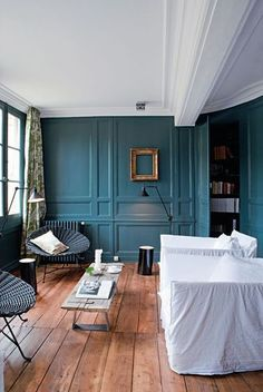 Blanc, bleu canard et lames de bois dans une maison bretonne contemporaine.