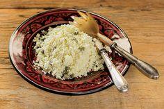Nem a foto entrega que esse cuscuz marroquino é, na realidade, uma couve-flor triturada. Refogada com alcaparras e temperada com raspas de limão a couve-flor vira um acompanhamento delicioso.