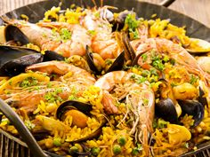 In this article we are going to talk about which wine is good with Paella, or rather, which pair best with each paella type. There are many different paella dishes in Spain, meaning that there are a multitude of paella and wine pairing options to explore. Paella Pan, Seafood Paella, Fish And Seafood, Seafood Recipes, Cooking Recipes, Top Recipes, Lobster Boil, Arroz Frito, Comida Latina