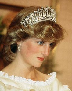 diana, princess of wales, wearing the cambridge lovers knot in new zealand, april 1983