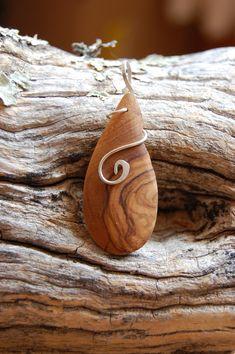 Vous trouverez,ici, des créations en bijouterie artisanale: des boucles d'oreilles et pendentifs originaux et simples qui allient la beauté du bois ou d'une pierre semi-précieuse à la pureté du fil d'argent 925. La créatrice aime jouer avec les courbes, les spirales, ou la simplicité d'une ligne droite, avec lesquelles elle fait danser le fil d'argent 925 en harmonie avec la pierre semi-précieuse et/ou le bois.