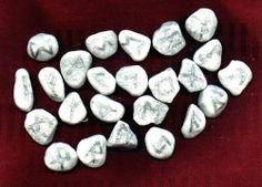 Edles Naturstein-Runen-Set mit Energie aus dem Meer mit silbernen Schriftzeichen