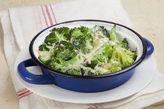 Brócoli al toque de queso. Un perfecto primer plato o una cena ligera. ¡Te encantará! Descubre más en http://www.gallinablanca.es/receta/brocoli-al-toque-de-queso-60786/#.U0UTQa6bvcs