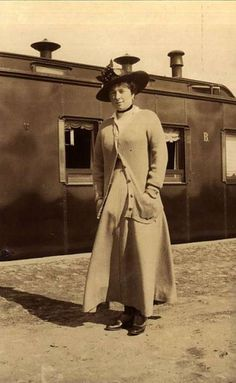 Baroness Sophia Karlovna Buxhoeveden (1883 † 1956), maid of honor of the Empress. She arrived in Tobolsk just before Christmas of 1917, delayed because of an appendicitis operation. Despite the resolution, soldier ko¬mitet not made it to the Royal Prisoners. Waiting for the connection with the royal family in Tobolsk gave English lessons to the Englishwoman who had come with her. Later, he accompanied august children from Tobolsk to Ekaterinburg, where she was forcibly separated from Them…