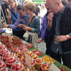 Hungry happy people enjoying Isle of Wight Tomatoes at Abergavenny Food Festival 2015 #festival #abergavenny #fresh #produce #eating