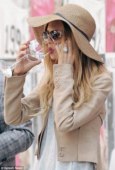 Don't drink and carry: Rachel Zoe glugs from a wine glass during day trip with son Skyler Spring Couture, Couture Week, Boho Outfits, Fashion Outfits, Solange Knowles, Summer Chic, Victoria Dress, Rachel Zoe, Karen Millen