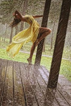 Fashion model yellow dress color colour splash black and white photography outside rain wind wow pretty Walking In The Rain, Singing In The Rain, Rain Photography, White Photography, Beauty Photography, Photography Lighting, Family Photography, Color Splash, Color Pop