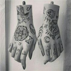 Stephan Gräfe ( old school tattoo hand wolf finger tattooed )