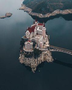 castle on WangFeng lake in Guizhou, China. = castello sul lago WangFeng a Guizhou, in Cina . Beautiful Castles, Beautiful World, Beautiful Places, Beautiful Sky, Beautiful Buildings, Places To Travel, Places To Visit, Beau Site, Fairytale Castle