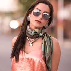 Like the scarf with necklace! Ways To Wear A Scarf, How To Wear Scarves, Silk Neck Scarf, Scarf Knots, Fringe Scarf, Neck Scarves, Scarf Styles, Silk Satin, Looking For Women