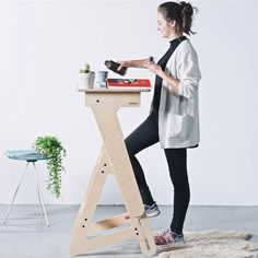 Designed for students by students, the Jaswig Nomad Standing Desk combines movement and smart design in one small, affordable package. Folding Furniture, Multifunctional Furniture, Retro Furniture, Home Office Furniture, Pipe Furniture, Furniture Design, Furniture Cleaning, Smart Furniture, Furniture Dolly