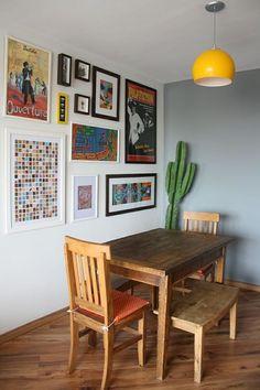 parede cinzaa, cacto, quadros e posters